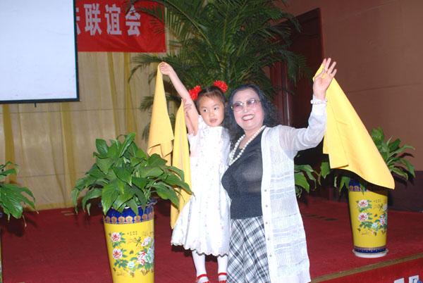 鸿坤国际大酒店张爱华董事长与小朋友即兴舞蹈
